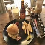CAFE PLUS64 - ホワイトマスタードバーガー1,000円、トゥイビール750円