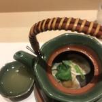 上野 榮 - おためしコース9000円。4種貝の土瓶蒸し。蜆、浅蜊、蛤、干し貝柱を使ったものです。お出汁が美味しい〜(╹◡╹)