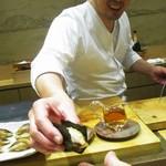 鮨旬美西川 - カマスの炙りの海苔巻き を手渡す大将。(撮影許可を頂いています)     2019.11.02
