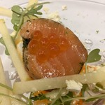 Grand rocher - サーモンのハーブマリネ イクラ・青リンゴ添え パプリカソースとエクストラバージンオイル