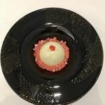 Grand rocher - ホワイトチョコレートのデセール 京都産抹茶のムース 苺の瞬間冷凍パウダー