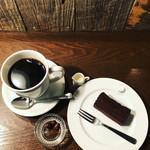 ムーン ファクトリー コーヒー - 深煎りブレンド¥850,自家製チョコレートケーキ¥600