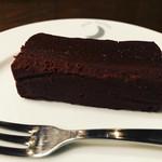 ムーン ファクトリー コーヒー - 自家製チョコレートケーキ¥600