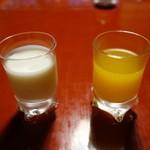 119587634 - オレンジジュースとドリンクヨーグルト