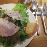 Osteria caiman table - ランチ1100円 サラダ 写真だとわかりにくいですが、大皿にたっぶりと乗っています。美味しくてサラダ食べただけで、ランチタイムガ幸せな気分になりました。