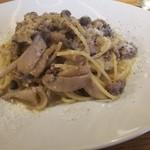 Osteria caiman table - ランチ パスタ サルシッチャとしめじののなんとか。イタリア郷土料理の名前でした。カトラリーも素敵です。