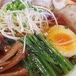 房州麺処 麺屋ちゃいなはうす - チャーシュー5枚、メンマ、ホウレン草、たまご、薬味の白髪ネギ