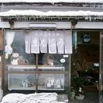 若松屋 - お店の入り口付近です(冬の季節)