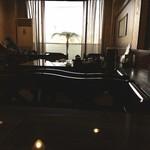 119593518 - 広い店内で喫茶店みたいに話す人達                 めっちゃ煙草臭い
