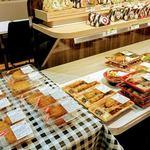 キッチンオリジン - 個包装のお惣菜とお弁当のコーナー。お惣菜は揚げ物が多いです。