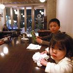 オリエンタルバル AKICHI - みんな眠そう。開放的な店内です。