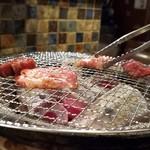ホルモン肉問屋 小川商店 - 炭火で焼きます