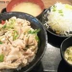 伝説のすた丼屋 - 塩スタ丼760円税込とプチサラダ140円税込。