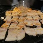 とんちゃん - サムギョプサル焼き焼き中
