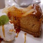 シナモンカフェ - ビターキャラメルと洋梨のベイクドチーズケーキ