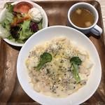 ピソリーノ - 料理写真:・シーフードクリーム スパゲティ 950円 (スープ、サラダ、デザート、ドリンク付き)