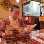 シブシャンカル - 本格的にはないけど、そこそこエキゾチックで居心地良い店内。すべてテーブル席です。