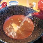 丸屋 - 蕎麦湯を注ぐ