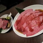 焼肉グレート - <左>幻のとろタン(1,680円)<右>本みすじ(1,980円)