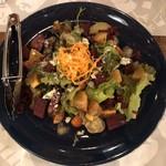 119650818 - 柿とビーツ・ブルーチーズのサラダ