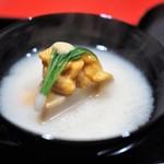 にくの匠 三芳 - 白味噌椀 神戸牛の牛脂で揚げた富田林産海老芋 蝦夷バフンウニ 小蕪