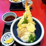 119653030 - おか泉名物・冷や天おろし(¥1000)。セルフうどんとの一番の違いは、天ぷらが「揚げたて」であること!