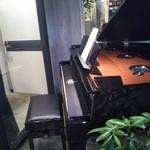 カフェ イースト4 - 入り口横のグランドピアノ…聞いてみたかった。