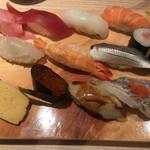 まぐろ一代 - ランチ魚河岸11貫握り1250円。品数、タネの質を考えると、コスパがとてもいいと思います(╹◡╹) 全体的に美味しくいただきました(^。^) 太刀魚200円は右下です。