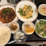 四川厨房 随苑 - 牛バラ煮込みとニラ玉子炒め定食@730円