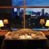 パノラミックレストラン ル・ノルマンディ - 内観写真:夕景のみなとみらいを望むソファ席