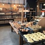 山のパン屋 ダディーズ・ベーカリー - 広い店内には、いろんなパンが余裕のディスプレイで待っています(2019.11.14)