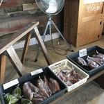 山のパン屋 ダディーズ・ベーカリー - 場所柄?サツマイモやにんにく、ししとう、タカノツメが売られていました(2019.11.14)
