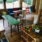 カフェ デルファ - 木を基調とした空間
