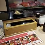 立飲み寿司 三浦三崎港 めぐみ水産 - テーブルセット。