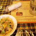 ラージカレー - 最初におしぼり、お冷、サラダの提供・・・何か雑ですwww
