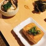 一如庵 - 自家製絹揚げ(右手前) カリフラワー、ブロッコリー、落花生の塩茹で、しめじの油炒めクミン風味(左奥)