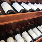 イタリアンハウス カフェ&バー - 壁に飾られているワイン