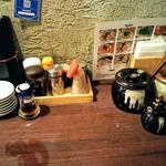 福ヤ - 九州ラーメンならではの高菜、紅生姜などの備え付け。一切乗せずに食べてしまいました。替玉時には必要かと思われる。