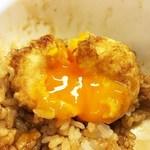えびのや - ポイントが高いところは、卵を割ったら黄身がトロ〜っと出てくるところ。