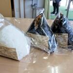 うおぬま倉友農園 おにぎりや - 塩 120円 かぐら南蛮 170円 牛肉味噌 170円