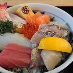 マルトモ水産 鮮魚市場 - 海鮮丼 1450円 税抜き