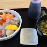 マルトモ水産 鮮魚市場 - 海鮮丼と味噌汁