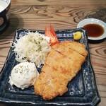 ビストロ フライデーソックス - 料理写真:高座豚を使った豚カツ定食 950円(税込)