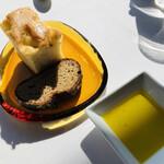 ジャンカルド - 自家製フォカッチャと「メゾン ムラタ」のパン オリーブオイルで