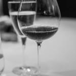 """119760545 - 高脚杯(びいどろのさかづき)に""""紅葡萄酒(あかきえびかづらのさけ)"""""""