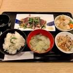 わら焼き酒場 龍神丸 - 鰹のたたきメイン (950円 税込)