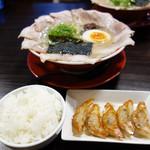 呼び戻しとんこつ 光四郎 - 餃子&ご飯セット200円。