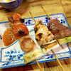弁慶  - 料理写真:トマト豚バラ串(左¥280)。表面はカリッとクリスピー、中のトマトはジュワッとジューシー
