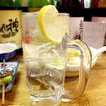 弁慶  - チューハイ(¥300)。シンプルに甲類焼酎+ソーダ、厚めのレモンスライスもいい感じ