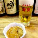 弁慶  - 生ビール(¥530)。お通しは茄子と冬瓜のピリ辛あんかけ、ほど良い辛味が食欲を刺激する